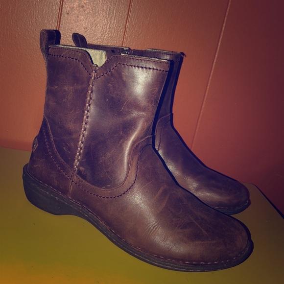 b77ef2beb63 UGG Neeva Brown Leather Sheepskin Lined Boots 9